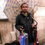 Un venditore ombrelli